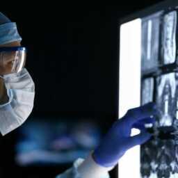 Arzt vor CT-Bildern einer Wirbelsäule