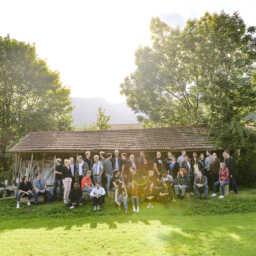 Das Team des Fraunhofer IKS vor einer Hütte