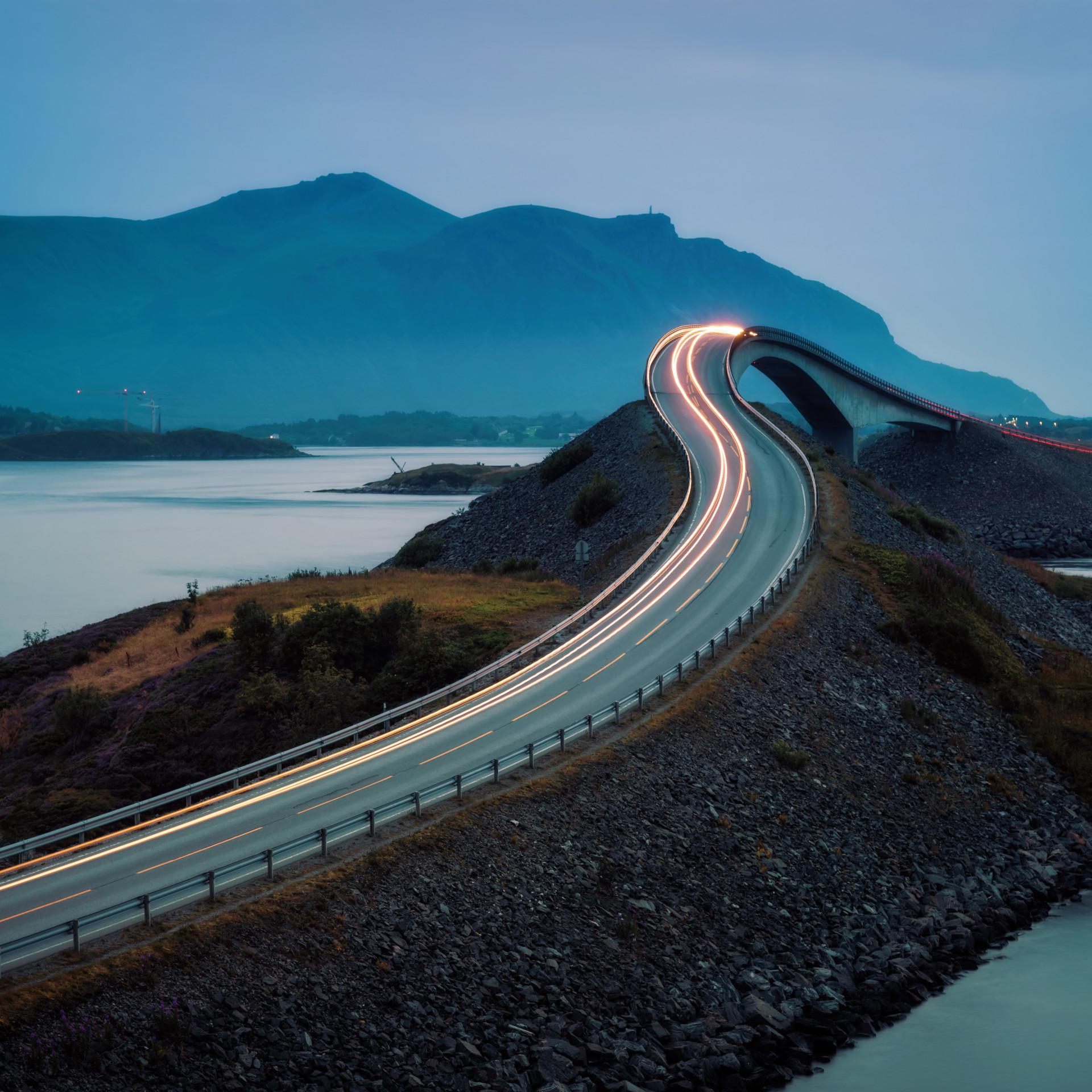 Autobahn bei Dämmerung