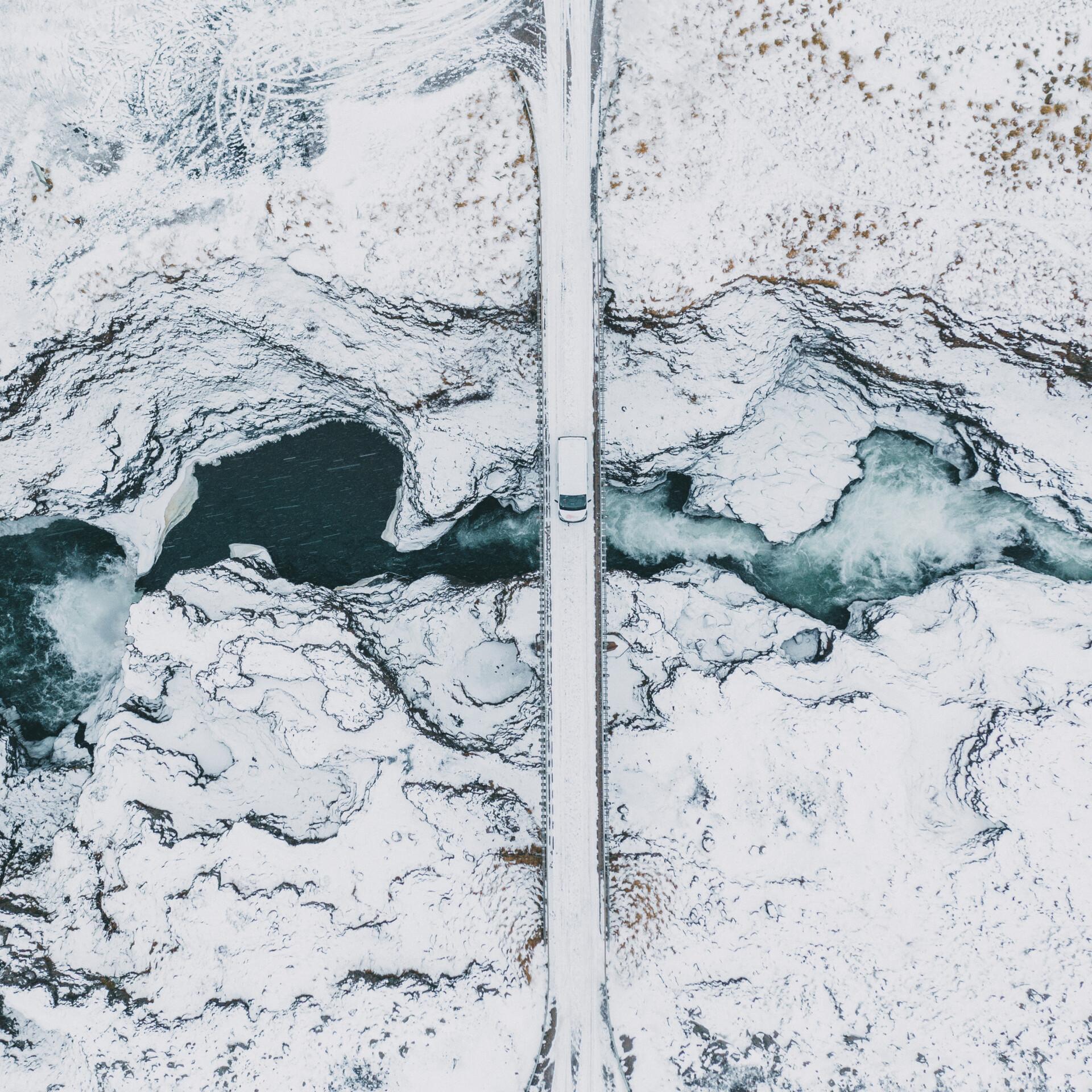 Straße in verschneiter Landschaft