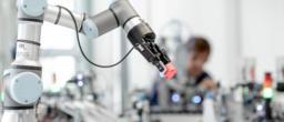 KI Forscher arbeitet mit Roboterarm