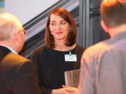 Dr. Sabine Sickinger, Leiterin Organisationsstrategie und Administration, im Gespräch mit Gästen der Eröffnungsfeier.