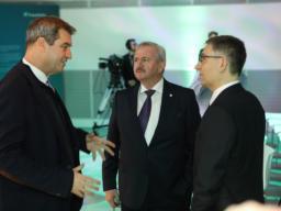 Ministerpräsident Dr. Markus Söder, Wirtschaftsminister Hubert Aiwanger und apl. Prof. Dr. habil Mario Trapp, Institutsleiter des Fraunhofer IKS