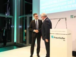 Fraunhofer-Präsident Prof. Dr. Reimund Neugebauer (rechts) übergibt das Fraunhofer IKS in die Hände des Institutsleiters apl. Prof. Dr. habil. Mario Trapp.