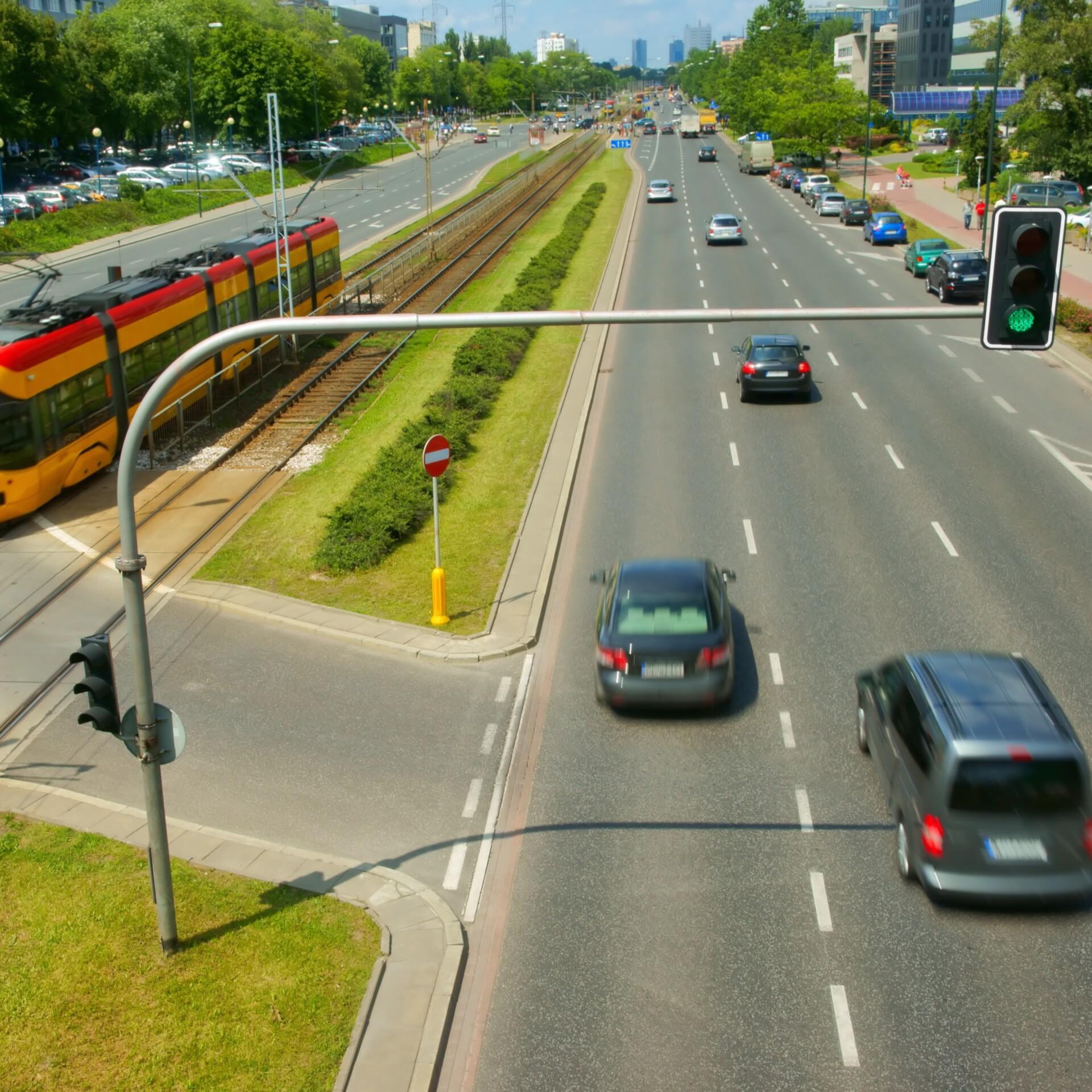 Großstadtverkehr mit Autos, Tram und Ampel