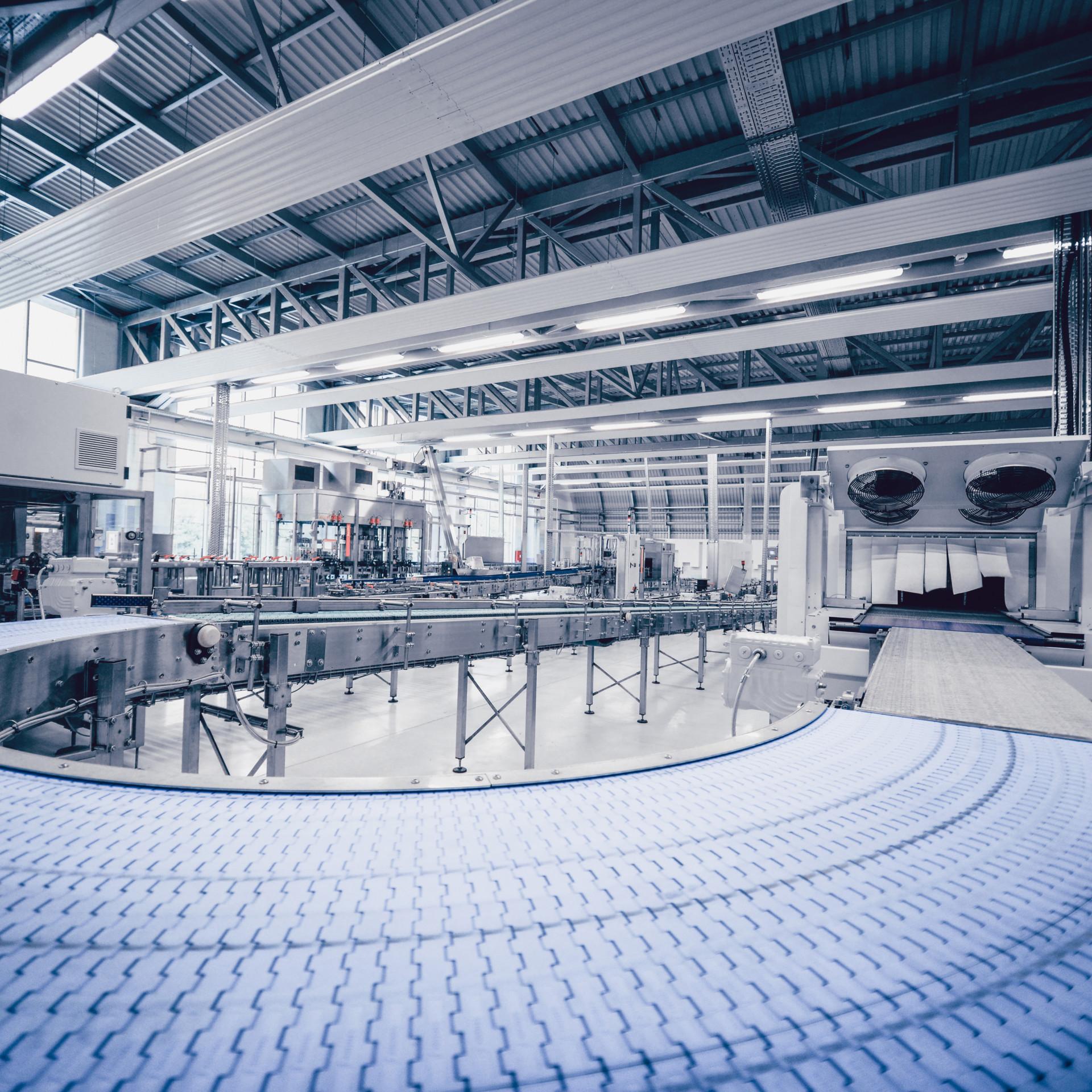 Modernes Fließband in einer Produktionshalle